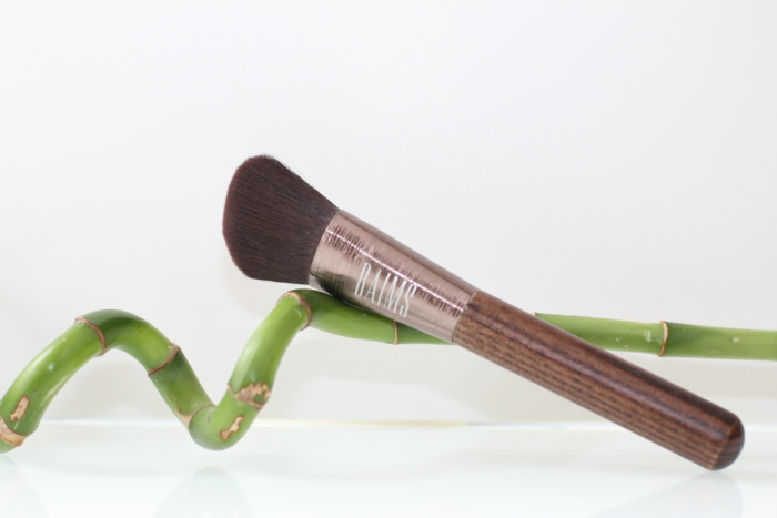 Pinceau de maquillage vegan large et biseauté de Baims